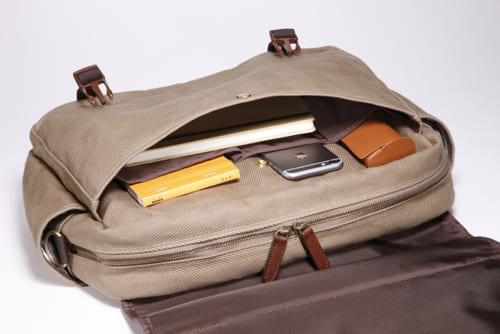かぶせ(フラップ)の下には、ホック式のポケットが1つと、小ポケットが3つ。スマートフォン、携帯電話の収納や、小物の整理に便利です。