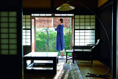 和室の窓には京都であつらえた簾を吊り下げます。伝統的な日本のしつらえは、日本家屋で育った夫にとっては懐かしいもののようですが、子どものころから西洋のものに囲まれて暮らした私にとっては新鮮です。 ワンピース¥48,000、パンツ¥18,000(ハウス オブ ロータス)/ハウス オブ ロータス 青山店