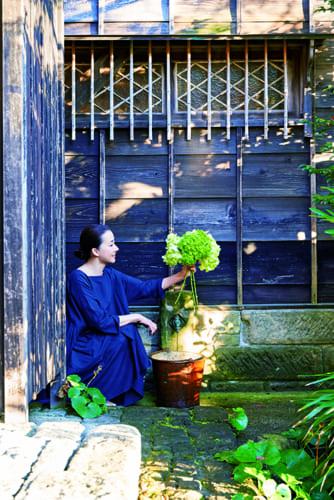昔、三浦半島で採掘された佐島石に水道管を通した水場は、夫がこだわってつくったもの。庭に咲く花を生けるときに水切りをしたり、夏野菜やスイカを冷やしたり。海から帰ってきた子どもたちが家に入る前に足を洗うのもここ。