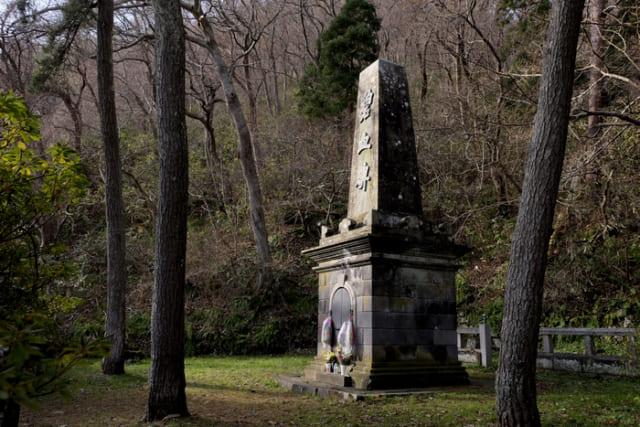 旧幕府軍戦死者を慰霊する「碧血碑」。日本の近代化は敗者である彼らの犠牲を乗り越えて打ち立てられた。