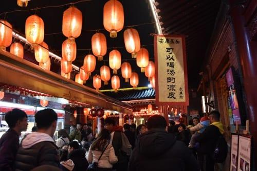 食欲をそそる香辛料の匂いが充満する永興坊美食街
