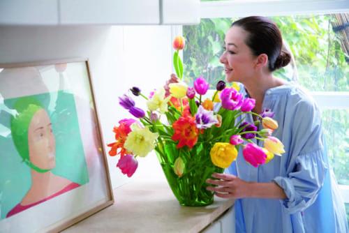 緑色のガラスの花器は、さまざまな色と種類のチューリップを生けてもまとまる包容力。ダイニングにあるアレックス・カッツの絵と相性がいいので、よく一緒に飾っています。
