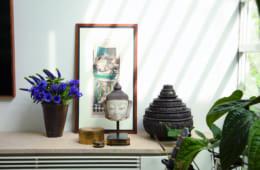 祖父母が所有していたブラックの絵を中心に、仏頭、漆器、小物入れなどはミャンマーのもので統一。パープルのシックな色合いをもつヒヤシンスとアネモネの花を添えて。