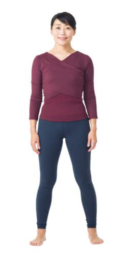 1. 脚を肩幅程度に開いて背すじを伸ばして立ち、腕は体の横に下ろす。
