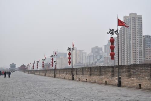 城壁外(写真右)には高層建造物が立ち並ぶ