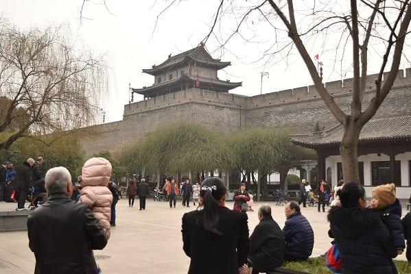 日が暮れる頃まで西安城壁には老若男女が集う