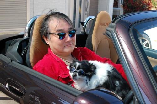 鳴海さんの愛車は、顔つきやスタイルの愛らしさで評判となったオープンカー。その出会いと物語は【後編】で語ります。