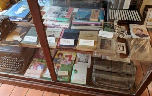 世界各地で翻訳出版されている、ヘレンケラーの著作と伝記。日本語訳のものが最も多く展示されている