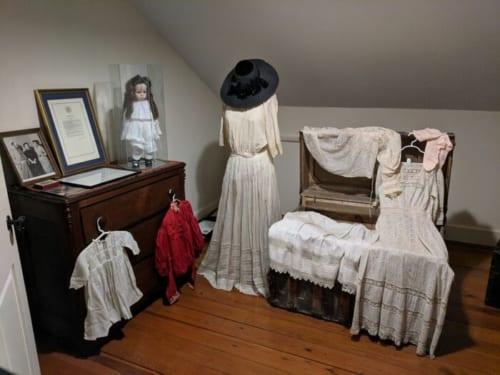 アニーが初めてヘレンに教えた単語は「doll(人形)」。両親に可愛がられていたヘレンは、人形やその服をたくさん与えられていた。一方アニーは、大人になるまで人形を持つことがなかった