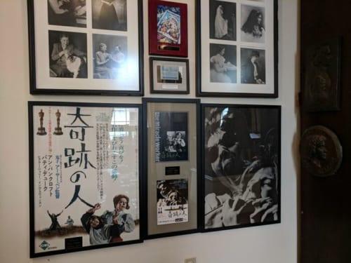 映画『奇跡の人』のポスター。英語版と日本語版が貼られている