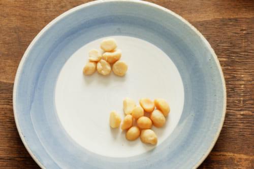 手前が15分燻製したナッツ、奥が燻製する前のナッツ