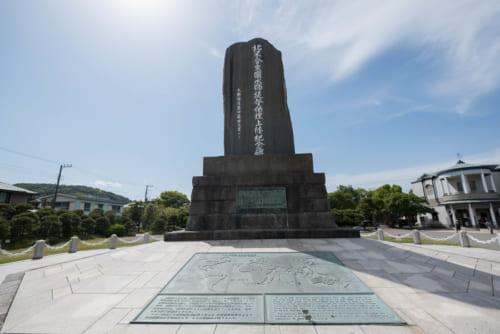 横須賀市久里浜にある「ペリー上陸記念碑」。碑文の揮毫は伊藤博文。