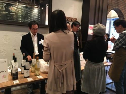 現在、日本にはさまざまなワイン産地があるが、改めて勝沼の魅力を発見する機会になった試飲会の様子。