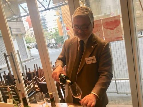 丸藤葡萄酒工業の大村春夫さん。この背中を見ながら、多くの若手生産者がワイン造りを学んだ。