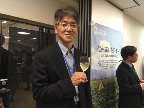 「土地の個性と人の個性を生かしたワインを造りたい」と話す「信州たかやまワイナリー」の醸造責任者・鷹野永一さん。