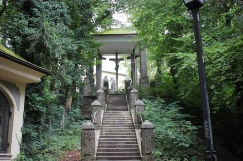 巡礼の祠や、まるで城門のように堅牢な門