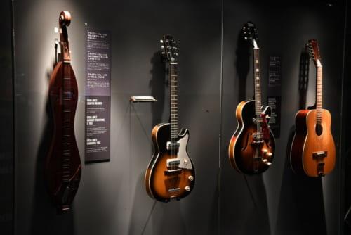 実際に使用したレアな楽器の数々が展示されている
