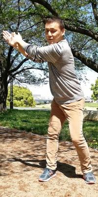 2.そのまま右手で左手をひっかけるように引きながら、バックスイングからトップのポジションをとる