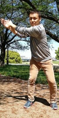 右手で左手を押さえながら、肩を動かさず腹筋を使って腰(骨盤)だけを左方向(ダウンスイング方向)に回転させる