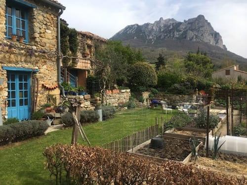 シャンブル・ドットの庭からはビュガラッシュ山が見える