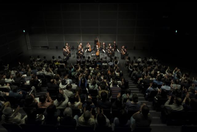 一流の演奏家たちか立つステージとの距離感が近いのも魅力。(c)teamMiura