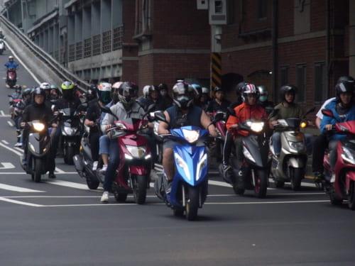 台北市内の帰宅時のバイクの台数は半端ない。