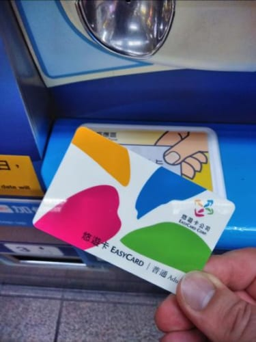 悠遊カード。コンビニなどでは、違うデザインのものも販売されている。