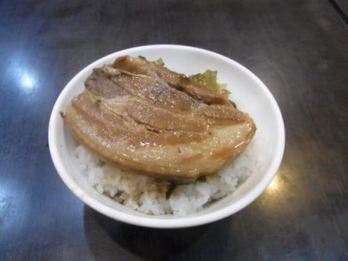 店によってはこんな魯肉飯も。