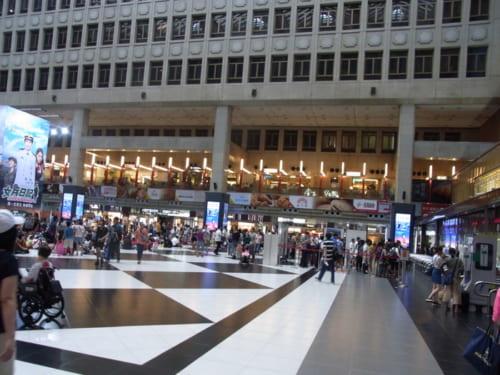台北駅中央の巨大な吹き抜け空間。2階はレストランやフードコートがぐるりと囲む。3階以上はオフィスで一般の人は立ち入り禁止。