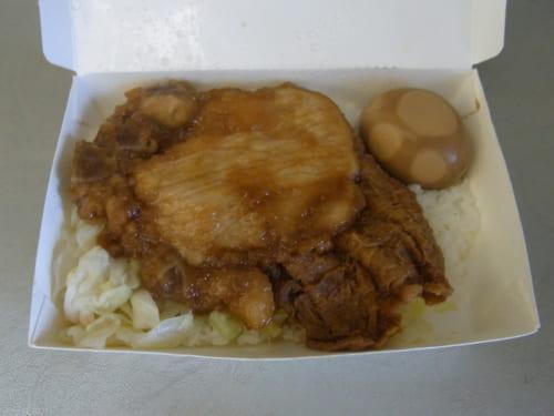 台鉄弁当の中身。豚の骨付きばら肉と茹で野菜、台湾式湯葉の煮物と煮卵が入った一番シンプルなもの。これで60NT$(約240円)。