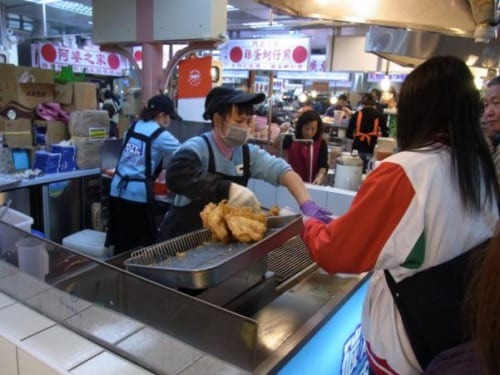 士林夜市の巨大鶏唐揚げ店。