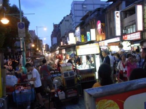 B級グルメ屋台が立ち並ぶ寧夏路夜市。