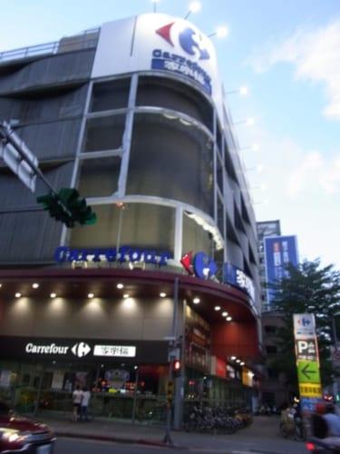 フランス系スーパーマーケット、カルフールの重慶店。大きなビルだが、店は地下1階と2階。1階はレストラン街で上階は駐車場。