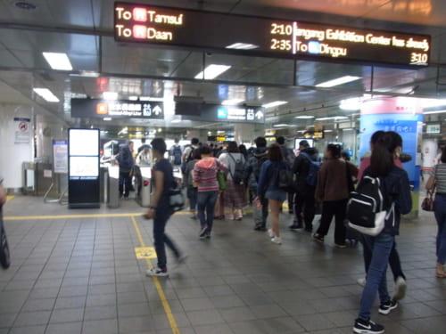 MRT「台北駅」改札。