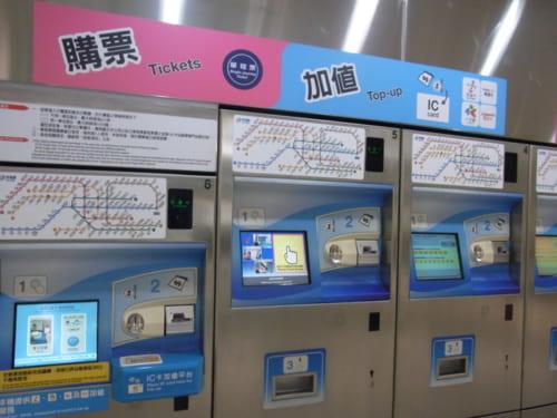 MRTの切符(トークン)販売機とカードのチャージ機。