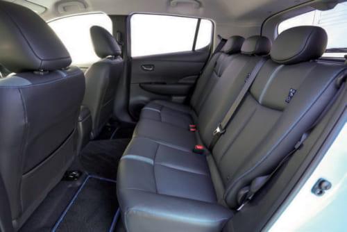 後席は着座位置を高めにすることで、足元の広さを確保している。身長165cmまでなら頭上に圧迫感はない。背もたれは6対4の分割可倒式。