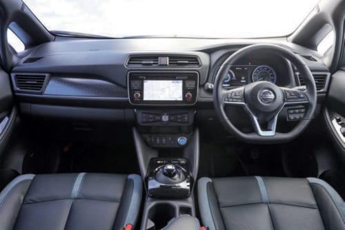 運転席前の計器類はやや低めに設置されており、前方視界は良好。前窓とドアの間に 三角窓も備えるので、斜め前方の視界もよく運転しやすい。