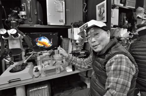 顕微鏡を通して見るミジンコの姿を画面上に映し出す。画面右下の黒い丸が目。「ミジンコは飼い主が愛情を注いでも反応はない。ミジンコはミジンコの都合で生きてるんだよね」