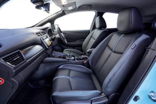 前席は着座位置を高めに設定しても全高が高いので、頭上の空間に余裕がある。運転 席と助手席はシートヒーターを備える。
