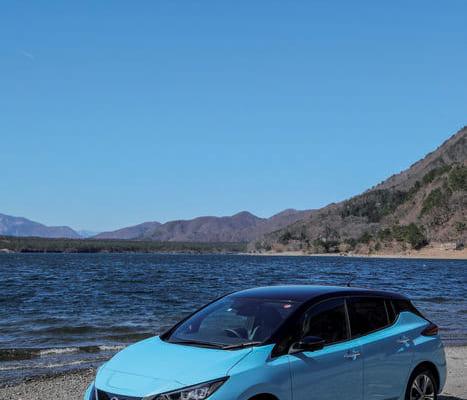 5ドアハッチバックの小型車、リーフe イープラス+。車体と屋根の色が塗り分けられているのは特別塗装色で6種類から選べる。