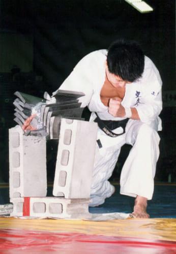 スポーツ少年で、高校生で始めた空手が渡米のきっかけを作ってくれた。上は40代の頃、東京・駒沢体育館で技を披露する生島さん。