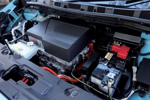 ボンネットの下にはエンジンではなくモーターほかパワーユニットなどが収まっている。駆動方式は前輪駆動のみの設定だ。