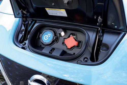充電口はフロントグリルの上部にある。左の青いプラグが急速充電用、右のオレンジ色が一般用200Vコンセントの差し込み口。