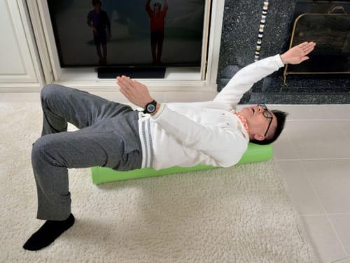 定期的にジムにも通っているが、自宅でも時間があれば身体を動かすのが習慣だ。ストレッチポールを使って左右の手を交互に動かし、肩と背中の筋肉をほどよく緩める。