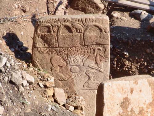 胴体部分にはキツネ、ライオン、イノシシ、蛇、鳥など、様々な動物が刻まれている