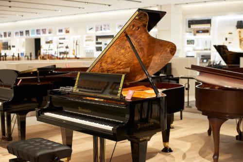 ベーゼンドルファーの職人たちがピアノの屋根の内側に原画の繊細な部分まで忠実に再現したもの。譜面台や脚の上部にまでも金箔がぜいたくに使われています。