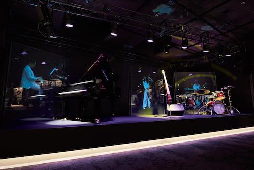 バーチャルステージでは、バーチャル映像と楽器の自動演奏が連動しています。