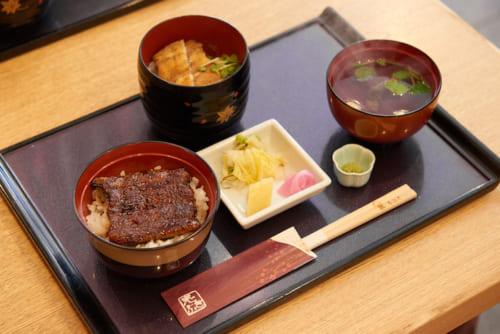 蒲焼と白焼きが楽しめる「二色小丼」(2980円・税込)。香の物と肝吸いも付いてきます。