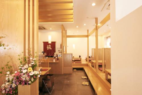 明るい店内には、座敷(ほりごたつ)22席とテーブル席24席があります。