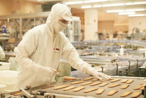窓越しにうなぎパイの製作風景が見られます。この工場では1日あたり20万本のうなぎパイが作られているんだとか。